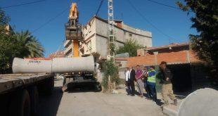 توضيح رئيس المجلس الشعبي البلدي بخصوص مشروع تأهيل جزء من شبكة التطهير بالشارع الرئيسي و استعمال قنوات 800 ملم
